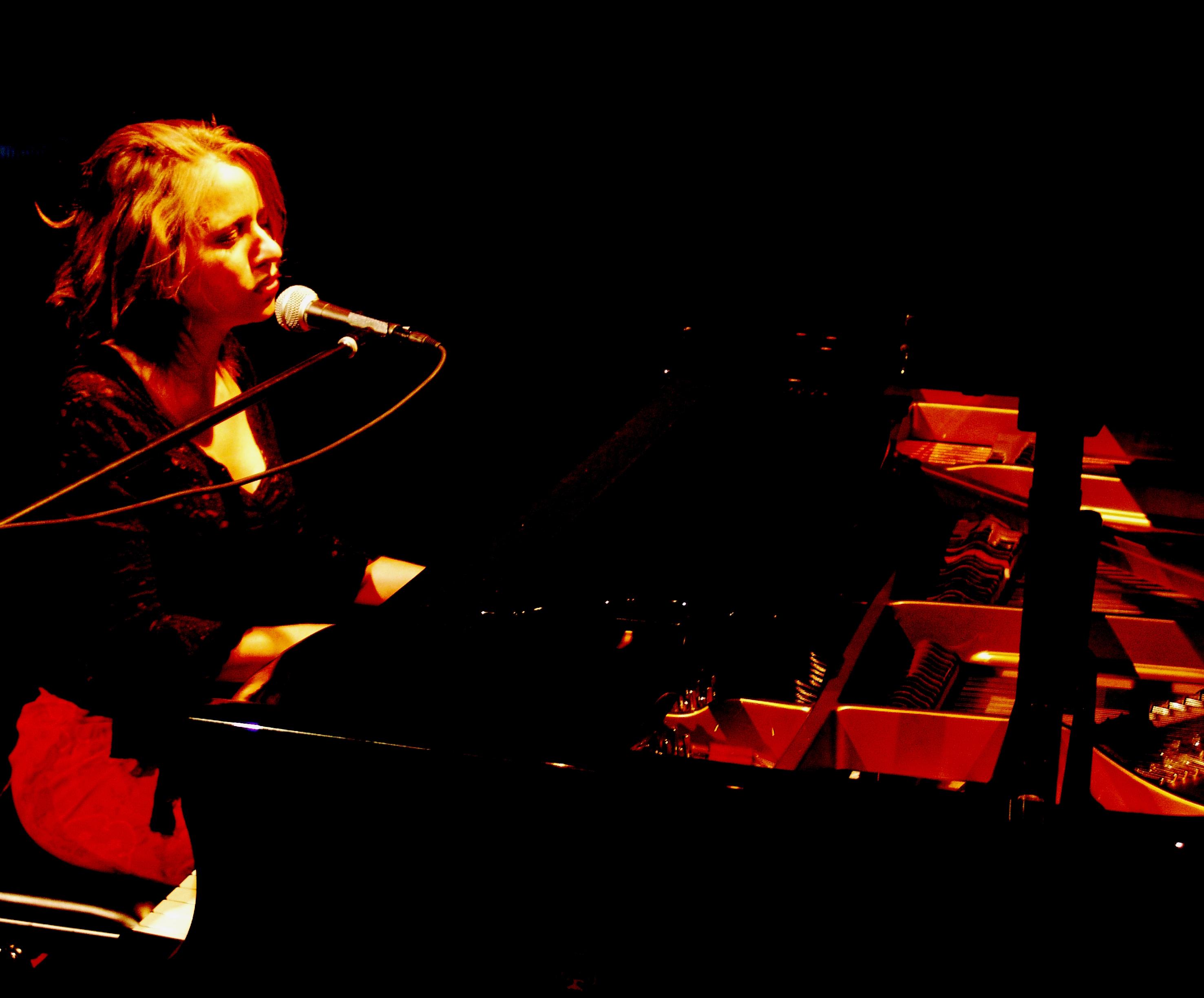 tocando y cantando ACH 2005